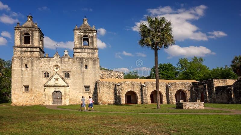 Dois turistas que visitam a missão Concepción em San Antonio, Texas imagem de stock royalty free