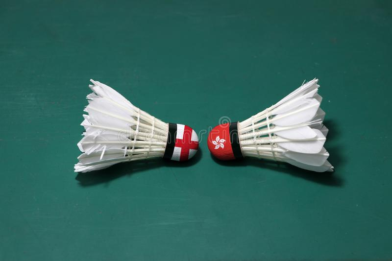 Dois usaram petecas no assoalho verde da corte de badminton com para dirigir-se Uma cabeça pintada com bandeira de Inglaterra e u foto de stock