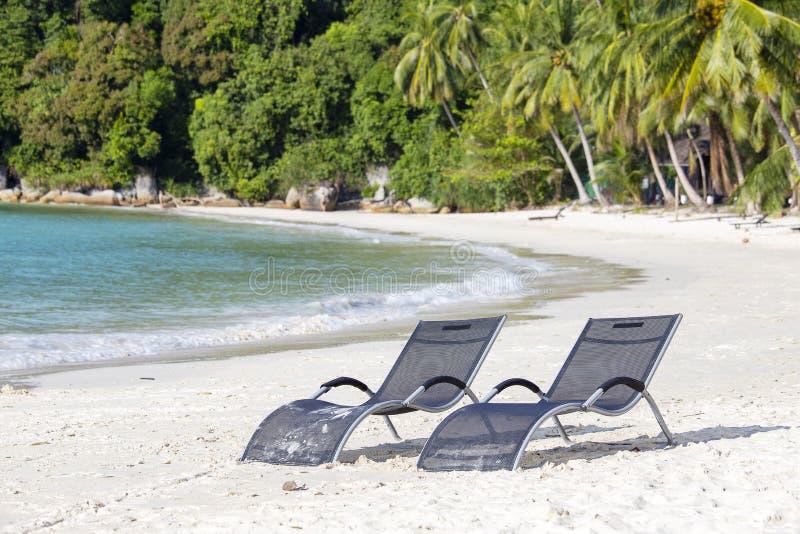 Dois vadios da praia na praia ao lado do mar em ilhas tropicais de um Perhentian, Malásia fotografia de stock