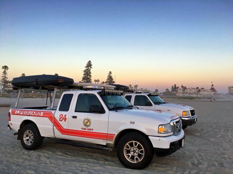 Dois veículos da patrulha da salva-vidas em Coronado encalham, Califórnia, EUA imagens de stock royalty free
