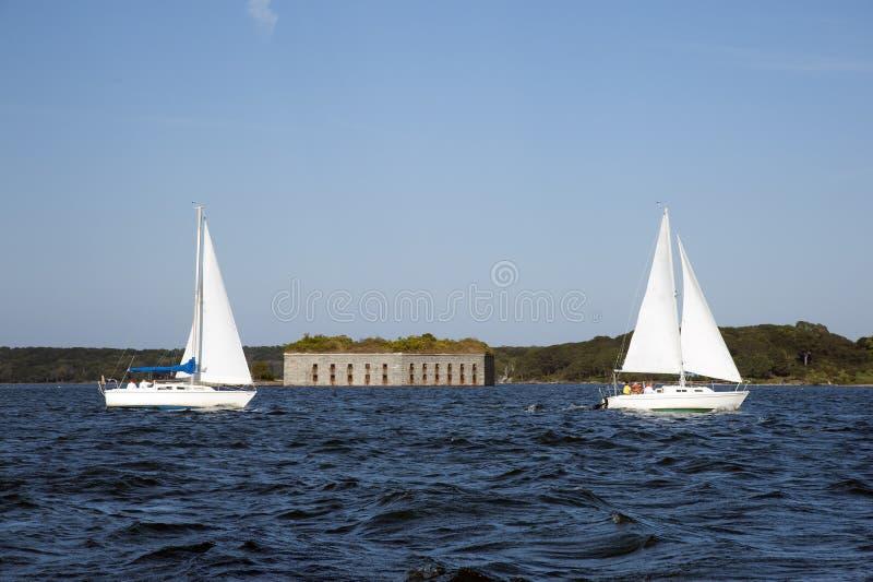 Dois veleiros que vão pelo forte velho em Portland Maine foto de stock