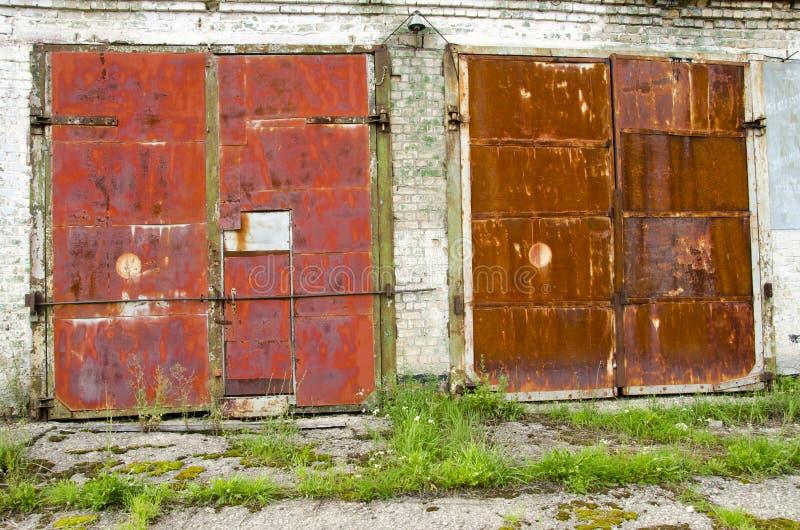 Dois velhos e portas oxidadas da garagem fotos de stock royalty free