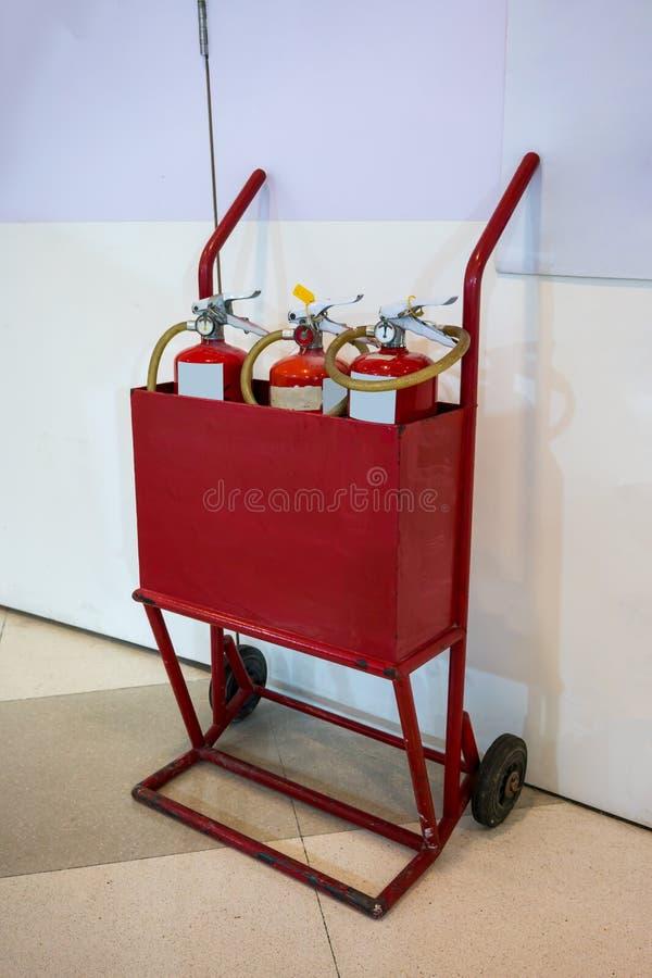 Dois velhos rodam o carro móvel do fogo enchido com os três que o vermelho extingue imagem de stock