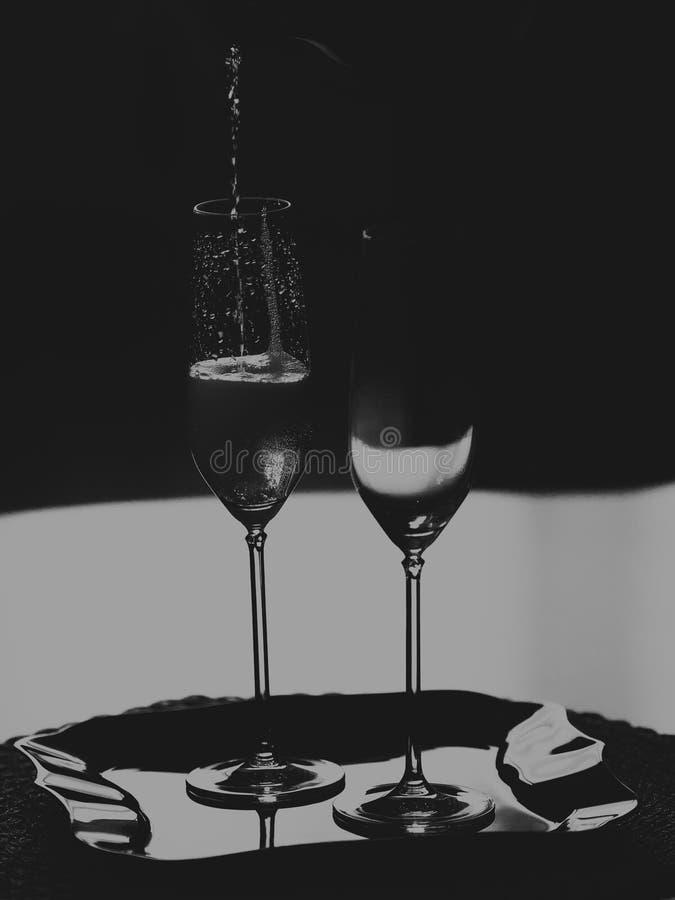 Dois vidros altos do vinho espumante monocrom?tico fotografia de stock