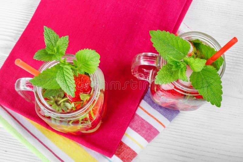 Dois vidros com bebida de bagas maduras frescas na toalha bonita fotos de stock