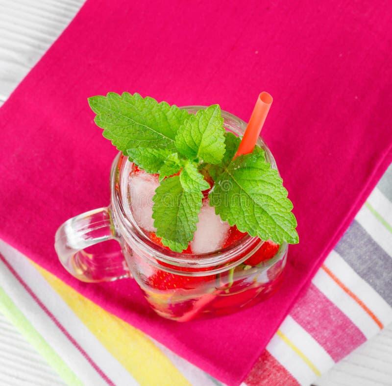 Dois vidros com bebida de bagas maduras frescas na toalha bonita foto de stock