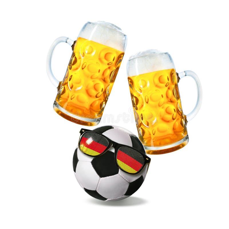 Dois vidros com cerveja e bola de futebol com os óculos de sol alemães do fã imagem de stock royalty free