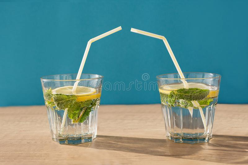 Dois vidros com um cocktail imagens de stock royalty free