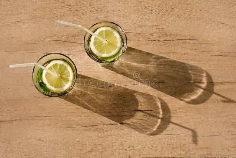 Dois vidros com um cocktail e uma sombra imagem de stock
