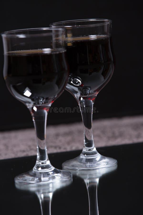 Dois vidros com um vinho da bebida fotos de stock royalty free