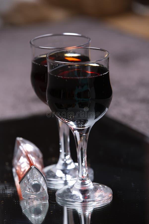 Dois vidros com um vinho da bebida imagens de stock royalty free