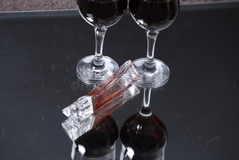 Dois vidros com um vinho da bebida fotografia de stock royalty free