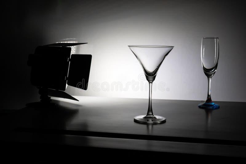 Dois vidros da água com fundo do inclinação com estúdio iluminam-se fotografia de stock royalty free