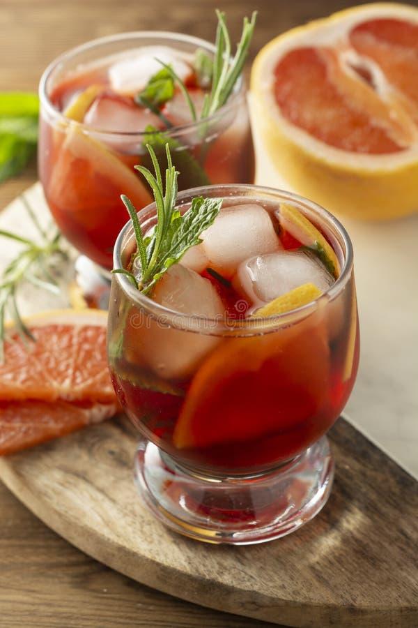 Dois vidros da bebida do verão Rosa que refresca o cocktail frio Tabela de madeira imagens de stock