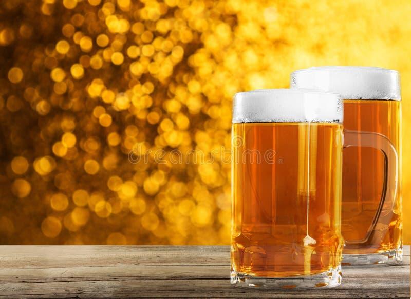 Dois vidros de cerveja na tabela foto de stock royalty free