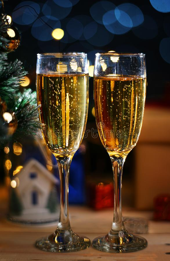 Dois vidros de Champagne Beside Christmas Tree fotografia de stock royalty free