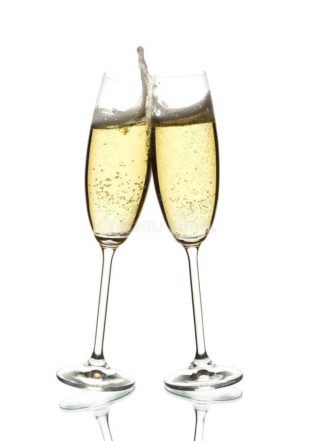 Dois vidros de clinking do vinho sparkling fotografia de stock