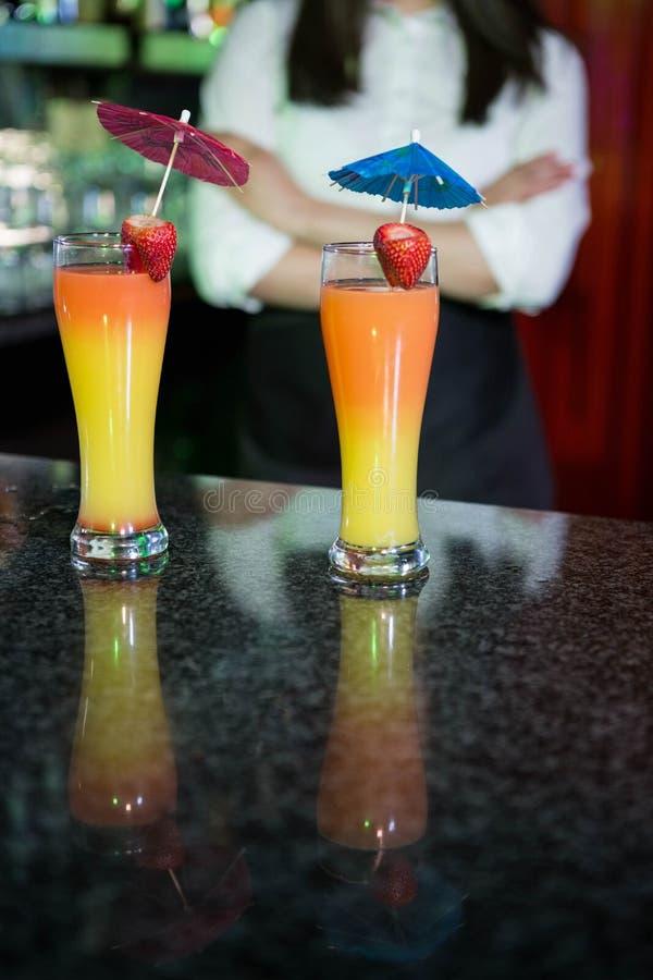 Dois vidros de cocktail prontos para servir no contador da barra foto de stock royalty free