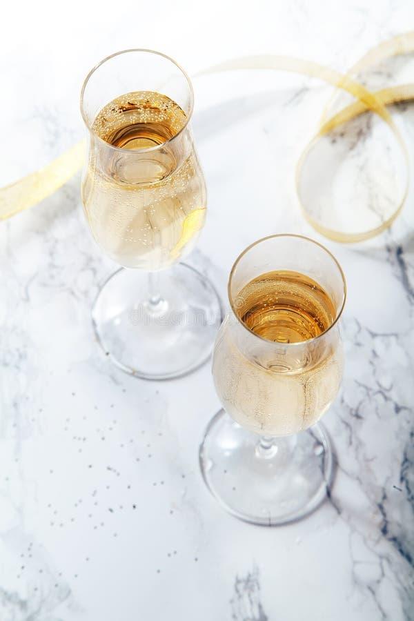 Dois vidros de flauta com champanhe no fundo de mármore imagens de stock royalty free