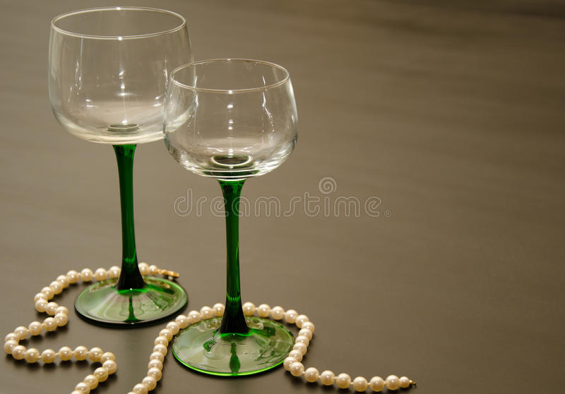 Dois vidros de vinho provindos verdes clássicos fotografia de stock