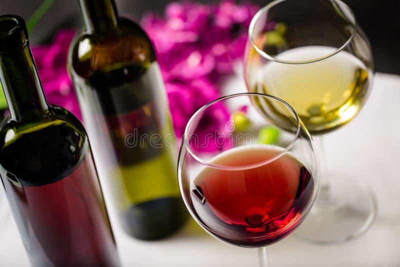 Dois vidros do branco e do vinho tinto, close-up imagens de stock royalty free