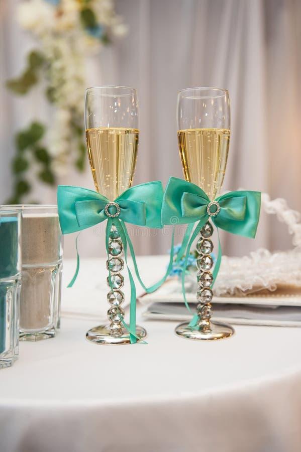 Dois vidros do casamento decorados com curvas azuis fotos de stock royalty free
