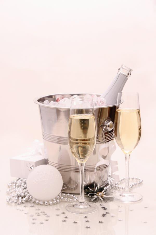 Dois vidros do champanhe, bola do Natal, presente foto de stock