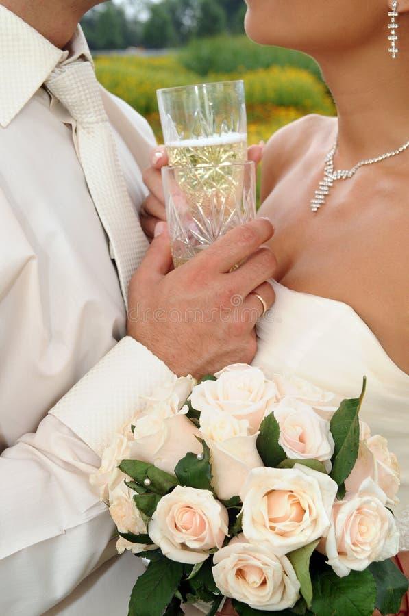 Dois vidros do champanhe de encontro aos amantes fotografia de stock royalty free