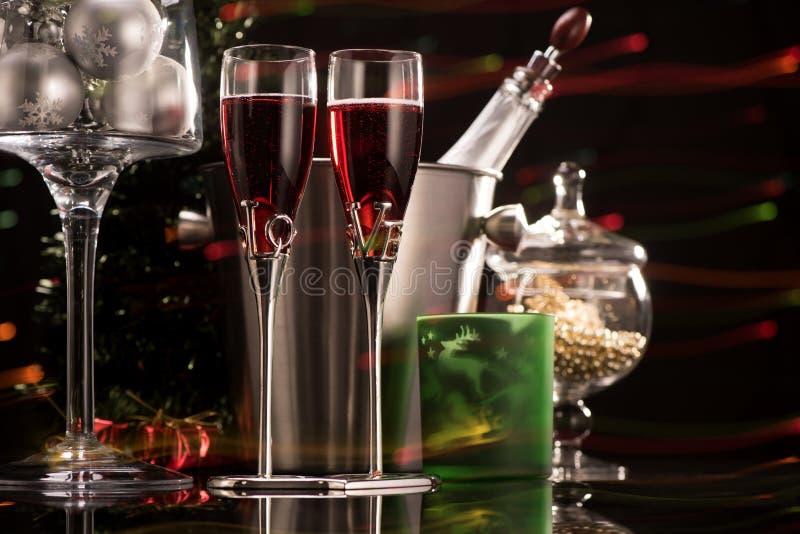Dois vidros do champanhe e de decorações vermelhos do Natal imagem de stock royalty free