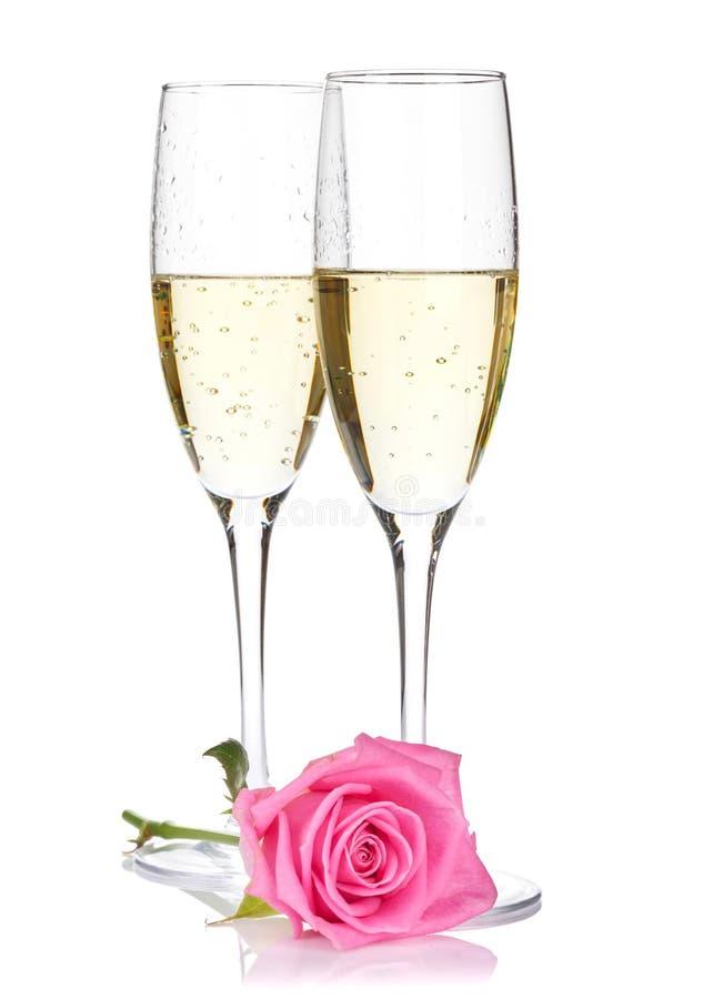 Dois vidros do champanhe e flores da rosa do rosa foto de stock