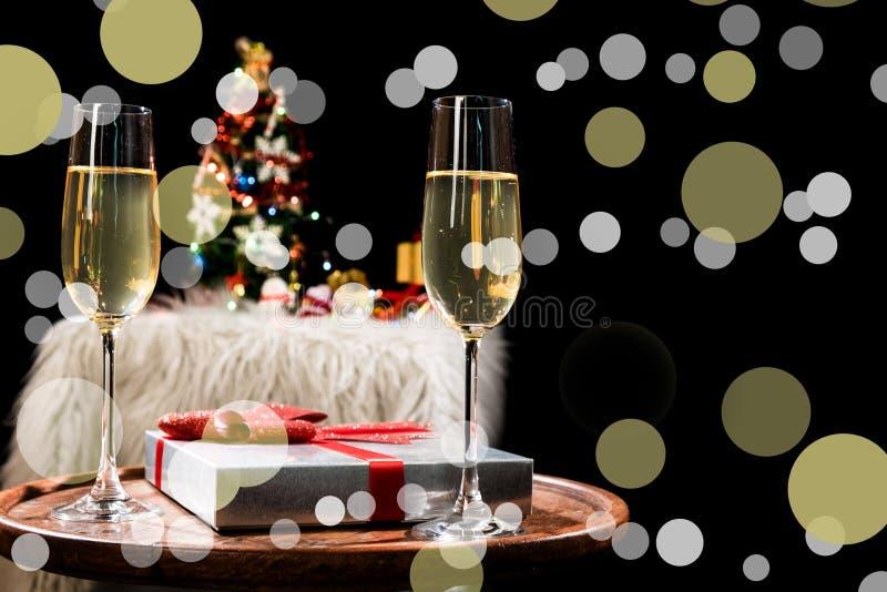 Dois vidros do champanhe prontos para trazer no fundo do ano novo e da festa de Natal fotos de stock