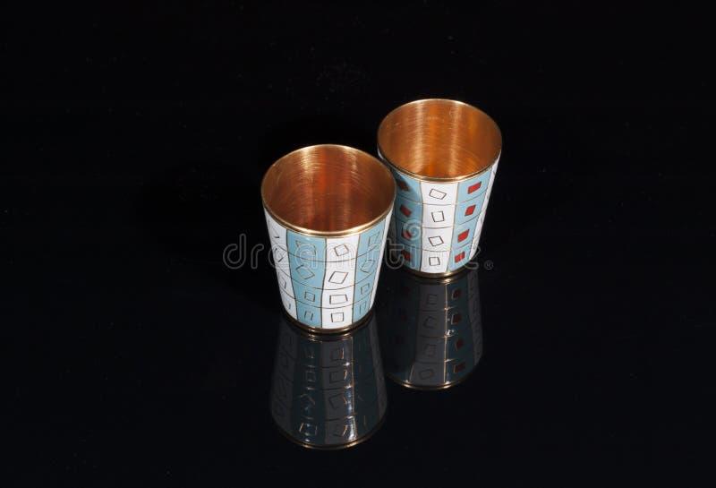 Dois vidros do metal do ouro imagens de stock