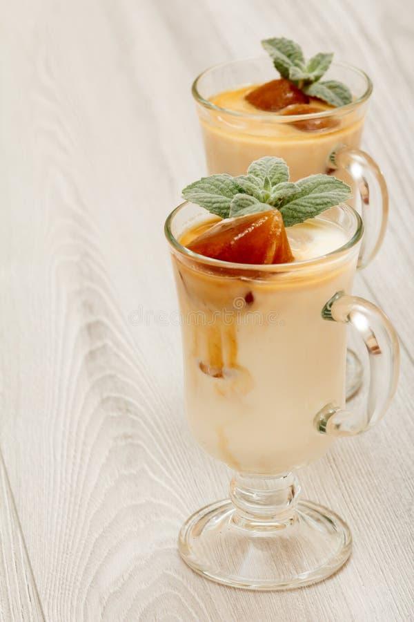 Dois vidros do milk shake delicioso ( smoothie) com gelo do chocolate foto de stock