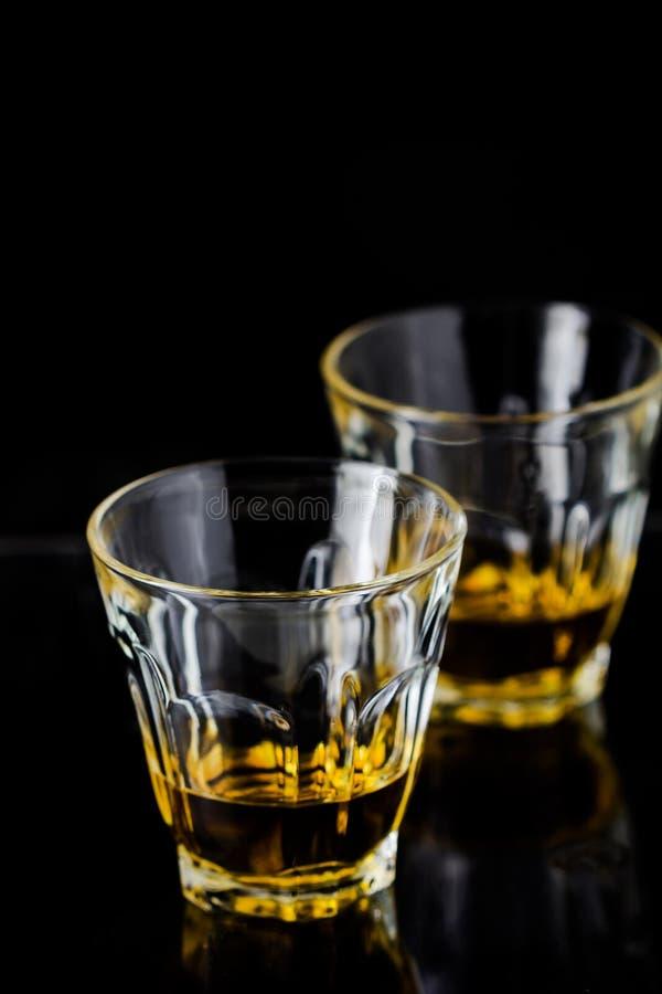 Dois vidros do uísque fotos de stock