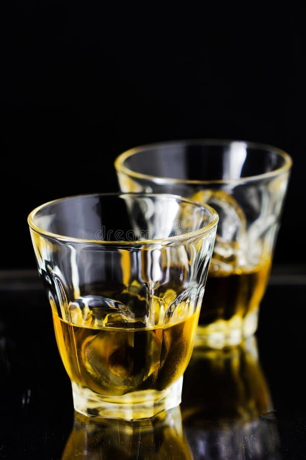 Dois vidros do uísque com cubos de gelo foto de stock royalty free