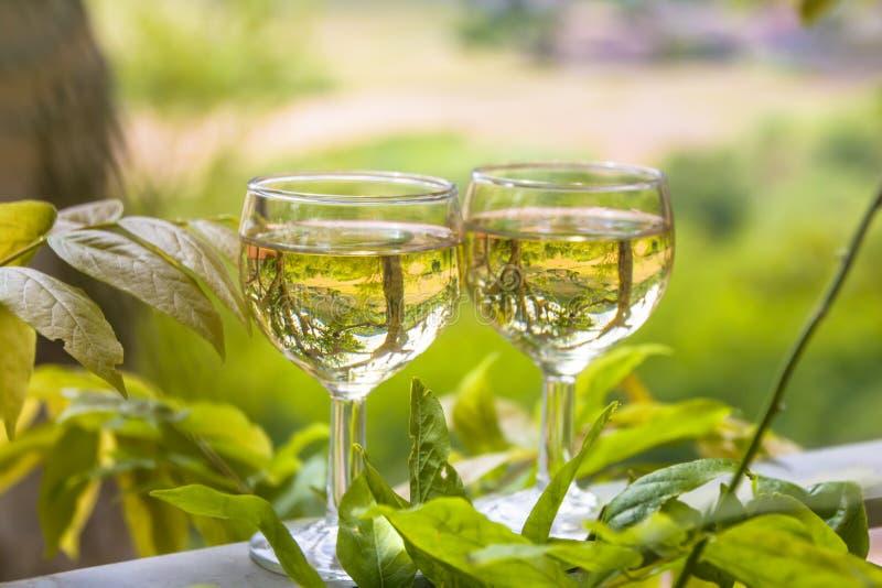 Dois vidros do vinho branco no ar livre de uma das vilas da região do Beaujolais, França fotos de stock royalty free