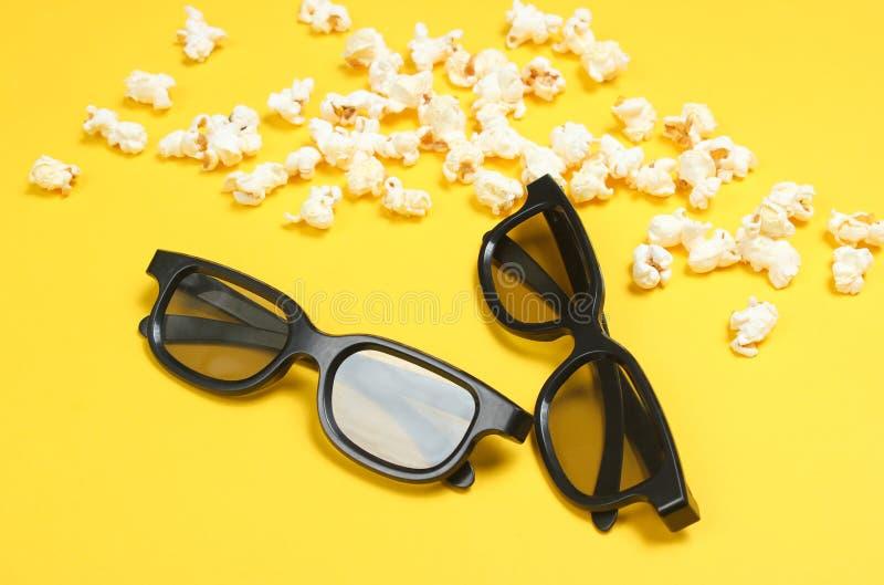 Dois vidros dos pares 3D, pipoca imagem de stock