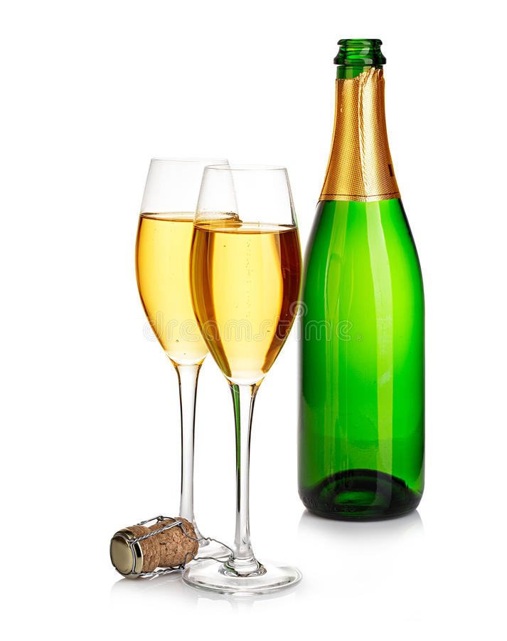 Dois vidros elegantes do champanhe no fundo do verde engarrafam o close-up isolado em um branco Ainda vida festiva imagens de stock royalty free