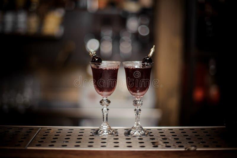 Dois vidros elegantes encheram-se com o cocktail doce e forte de Arnaud fotos de stock