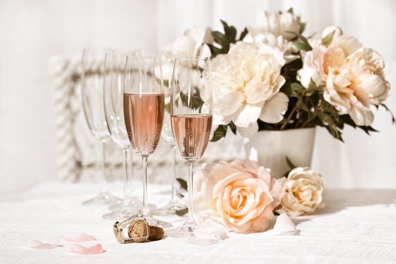 Dois vidros encheram-se com o Champagne cor-de-rosa fotos de stock