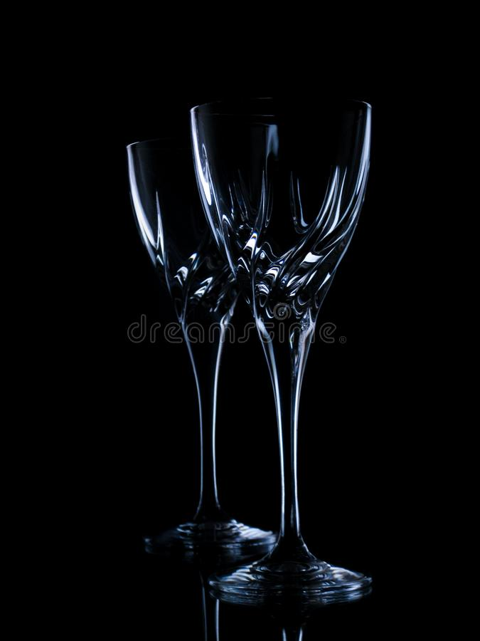 Dois vidros para o vinho em um fundo preto foto de stock
