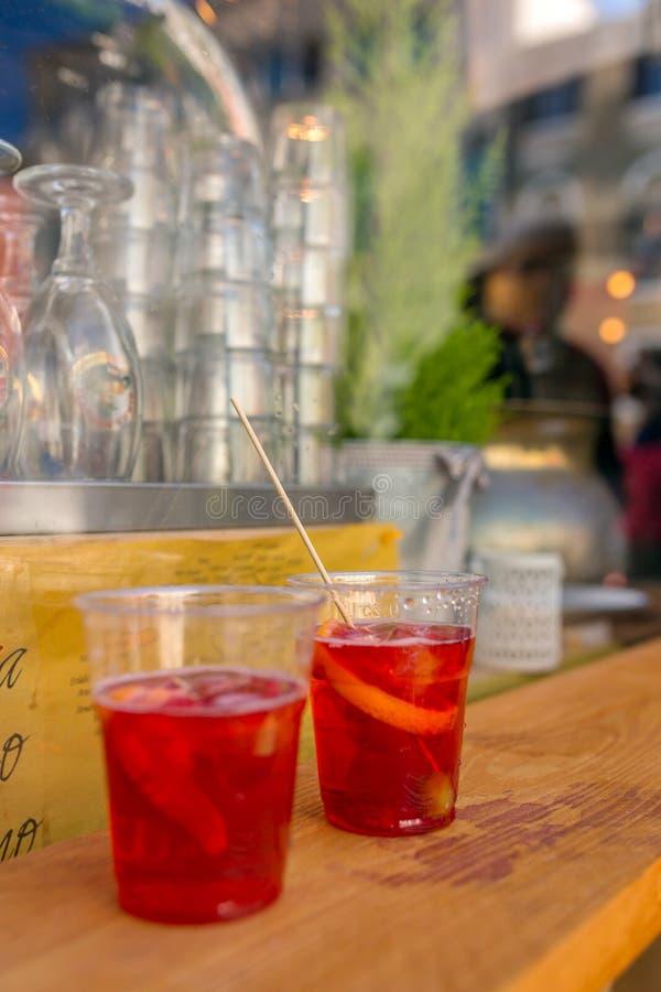 Dois vidros plásticos de Aperol Spritz cocktail na tabela na barra exterior em Veneza fotos de stock