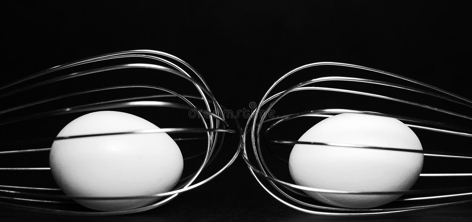 Dois Whisks e eggs fotos de stock royalty free