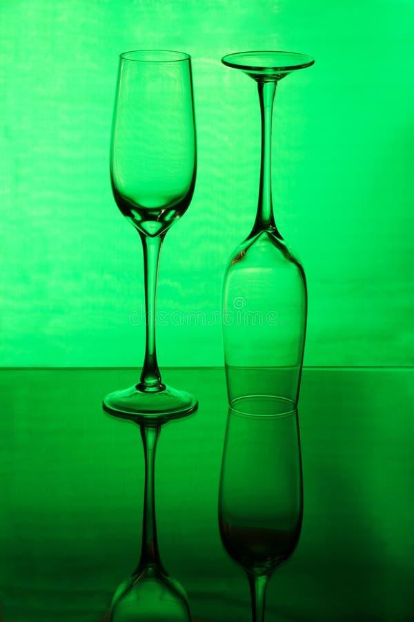 Dois wineglasses em um fundo verde imagens de stock royalty free