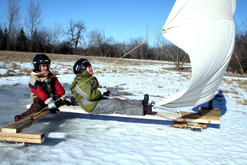 Dois Young Boys no barco do gelo com velas imagem de stock
