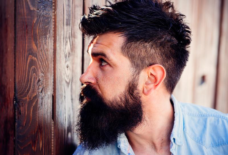 Doit avoir la barbe Homme bel avec la barbe et la moustache de mode Homme barbu avec les cheveux élégants Salon de coiffure ou ra photos libres de droits