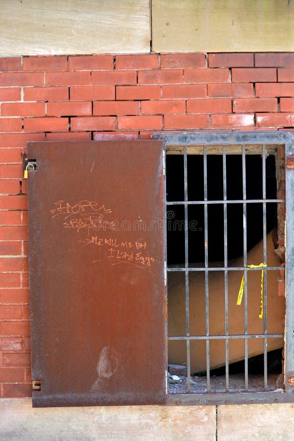 Dojazdowy drzwi z barami obrazy stock