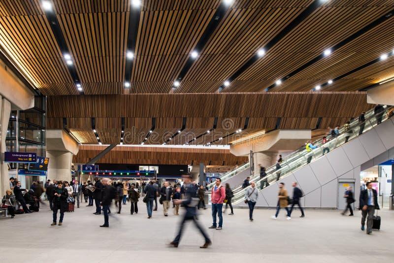 Dojeżdżający w nowym foyerze Londyn mosta stacja fotografia royalty free