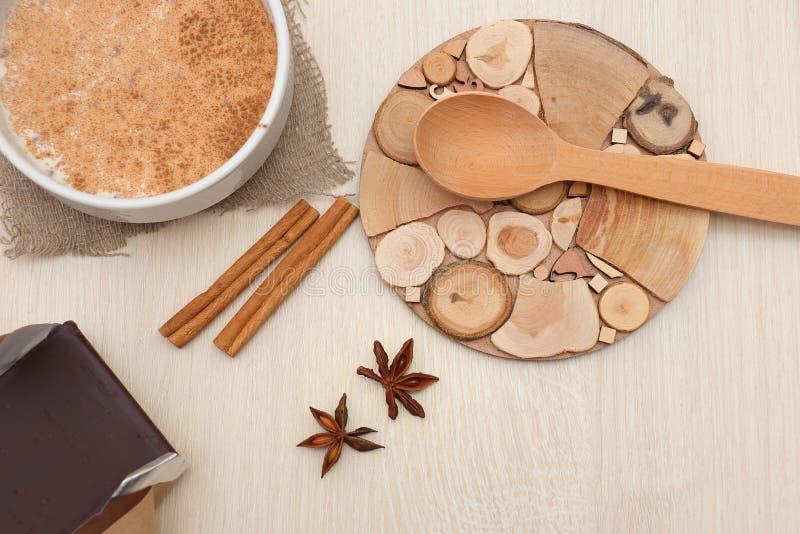 Dojna gryczana polewka kropiąca z cynamonem i gwiazdowym anyżem na stole fotografia stock