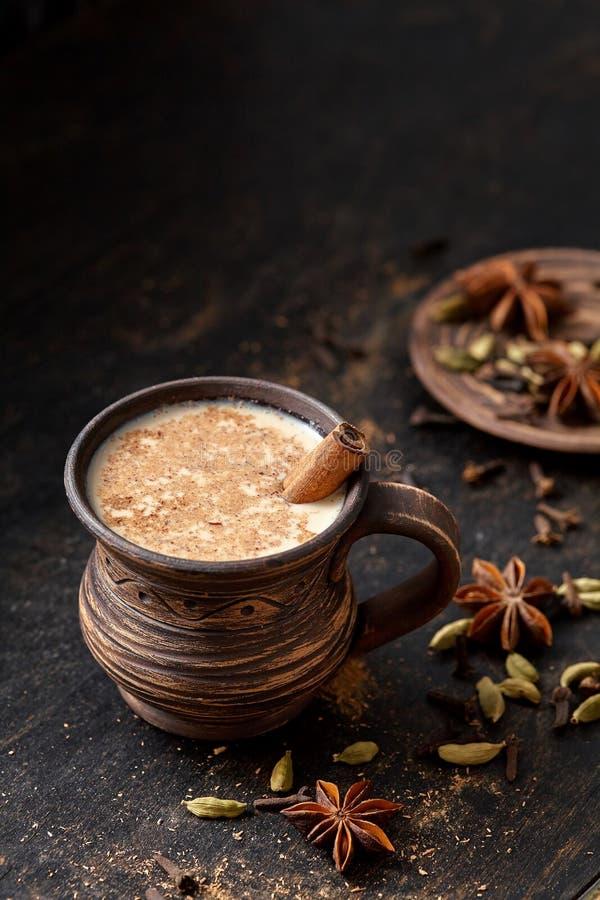 Dojnego herbacianego Chai latte tradycyjnego smakowitego odświeżającego ranku napoju śniadaniowy słodki organicznie zdrowy gorący fotografia stock